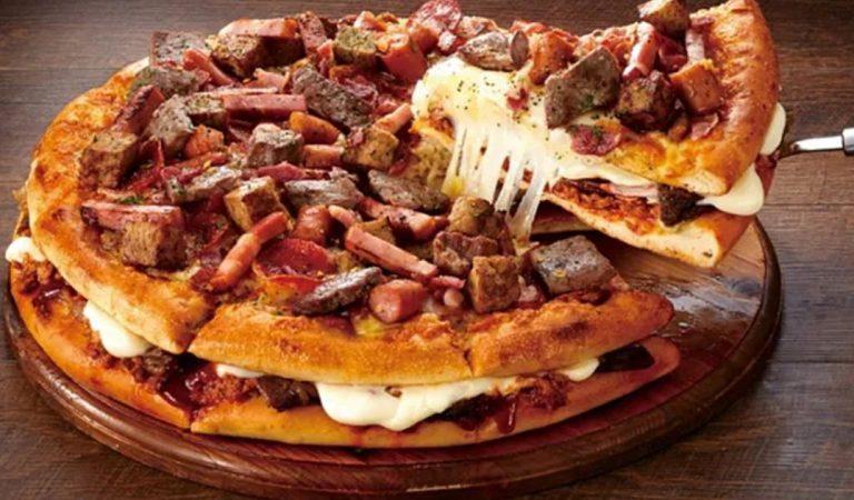 La « Nikku Mountain » : la pizza géante japonaise avec 18 types de viandes à l'intérieur
