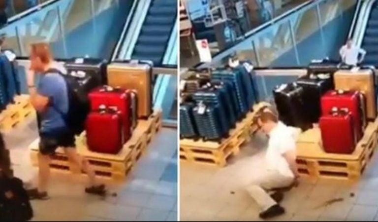 Il fait caca en marchant dans un centre commercial et un  autre homme glisse dessus.