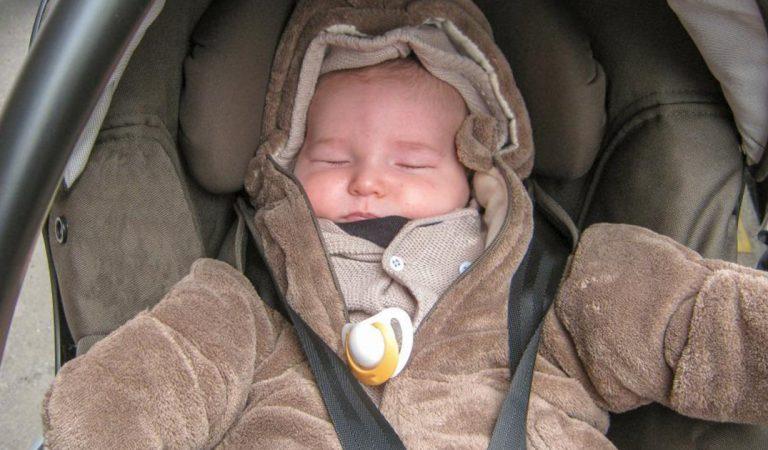 Attacher un jeune enfant dans un siège auto lorsqu'il porte un gros manteau est dangereux