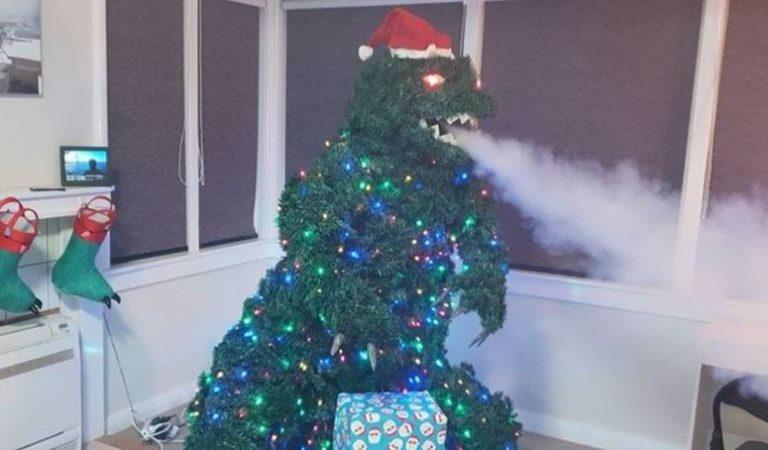 Ce papa fabrique un sapin de Noel Godzila cracheur de fumée à partir d'articles ménagers