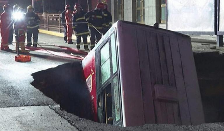 Chine : un trou s'ouvre et avale un bus rempli de passagers,  l'accident a fait 6 morts et 10 disparus