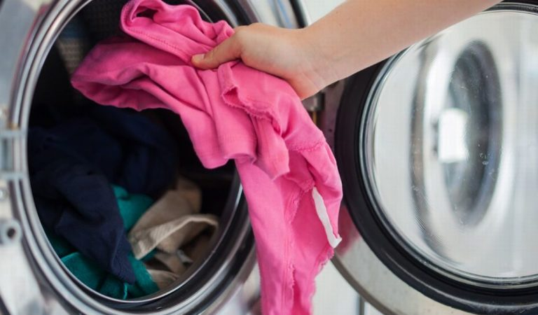 Coronavirus : Un médecin explique combien de temps peut survivre le virus sur les vêtements et donne des conseils de lavage