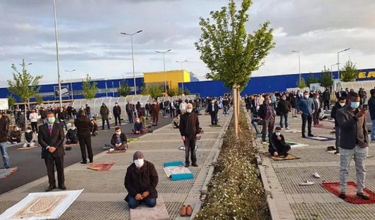 Aïd el-Fitr : 700 musulmans se réunissent sur le parking d'un Ikea pour prier