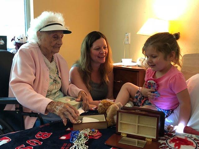 Jennie Stejna 103 ans guerie de covid-19 avec petite-fille et arriere-petite-fille
