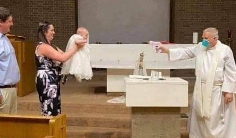 Distanciation sociale : ce prêtre baptise l'enfant avec un pistolet à eau