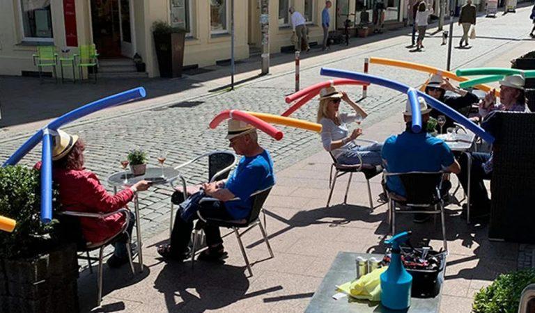 Covid-19 : ce café allemand distribue des chapeaux avec des nouilles de piscine pour faire respecter la distance de sécurité
