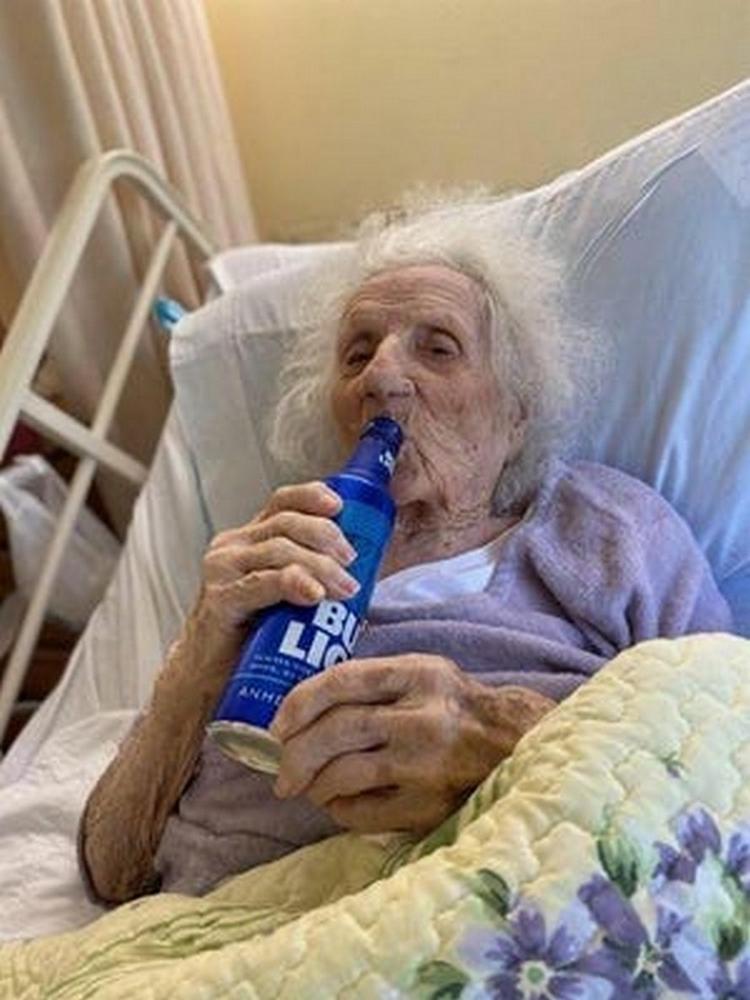 Jennie Stejna guerie de covid-19 103 ans boit une biere bud light