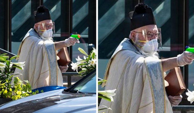Avec son pistolet à eau rempli d'eau bénite, ce prêtre peut bénir ses fidèles à distance