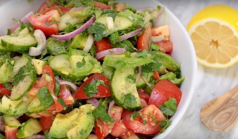La salade incontournable de l'été :  tomates, concombre et avocat