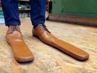 Grigore Lup fabrique des chaussures taille 75 pour la distanciation physique