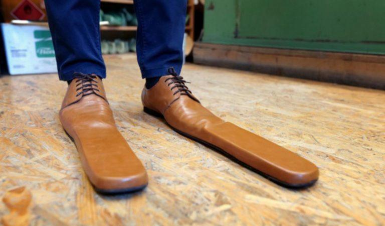 Un cordonnier roumain fabrique des chaussures taille 75 pour faire respecter la distanciation physique