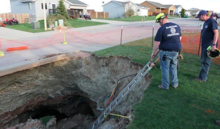 Dakota du Sud : un trou s'est mystérieusement formé dans un quartier résidentiel, des spéléologues décident d'y pénétrer