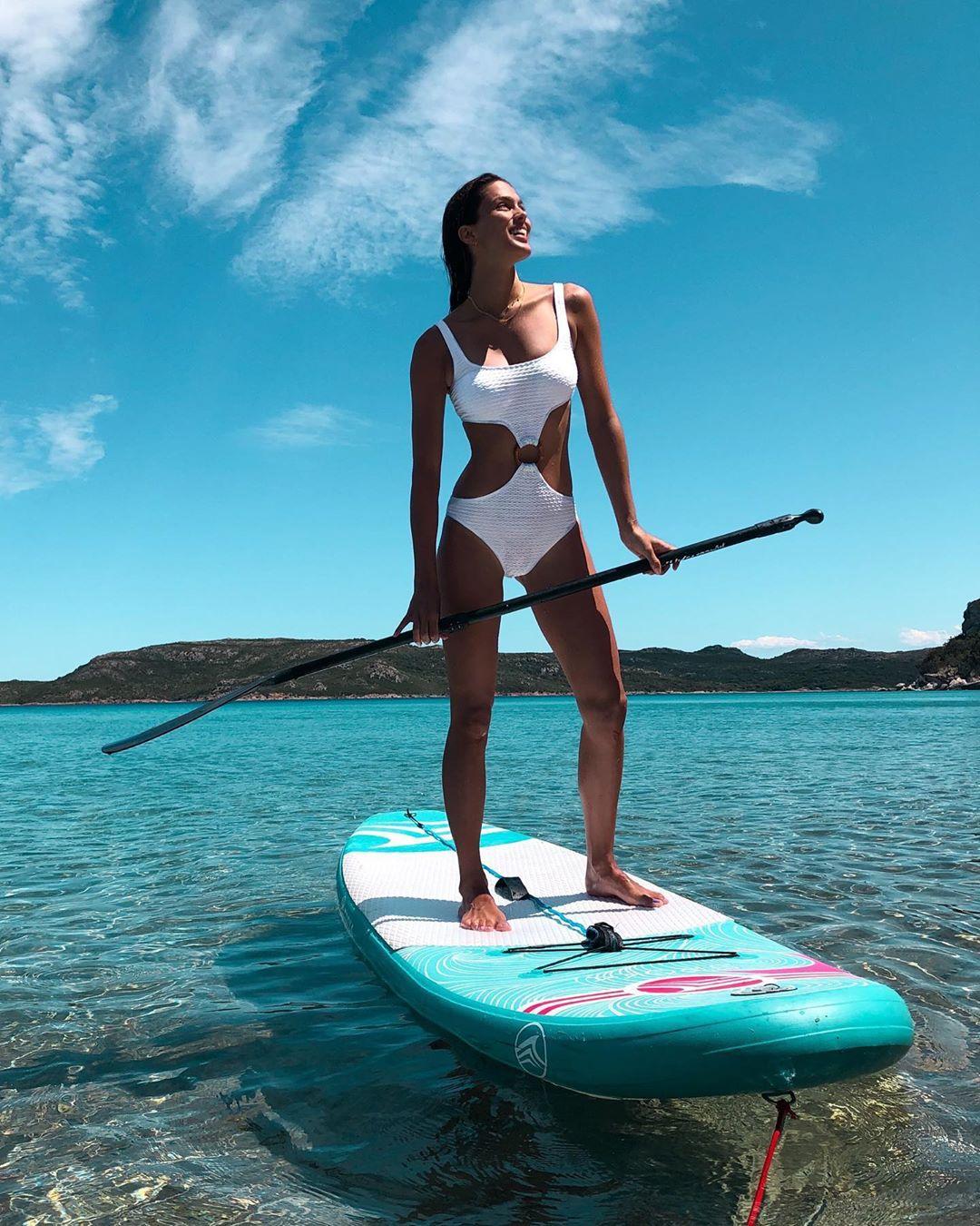 Iris Mittenaere fait du paddle en Corse, avant de faire du karting