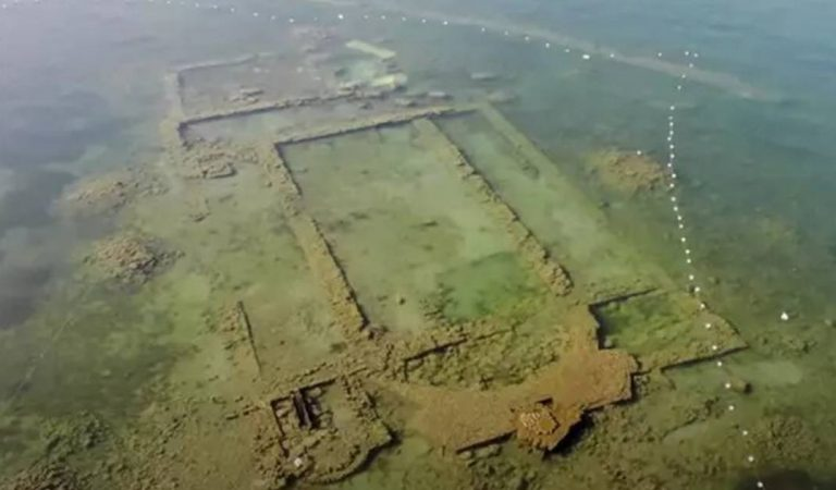 Les vestiges d'une église antique apparaissent grâce à la clarté de l'eau dépolluée grâce au confinement