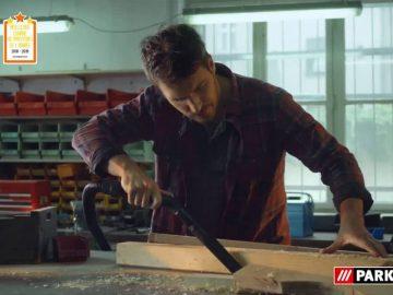 Un bricoleur nettoyant son atelier avec l'aspirateur eau et poussière Parkside, vendu chez Lidl