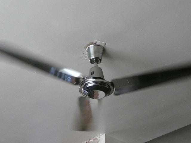 Un ventilateur au plafond.