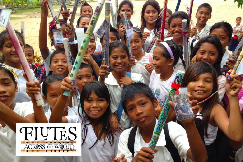 De jeunes enfants du programme Flutes Across the World.
