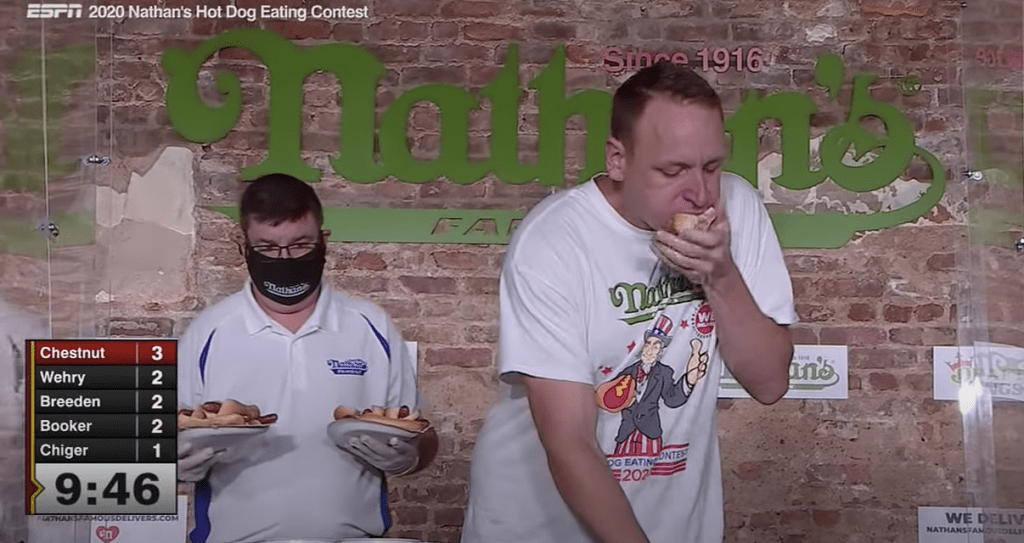 Joey Chestnut mangeant des hot-dogs.