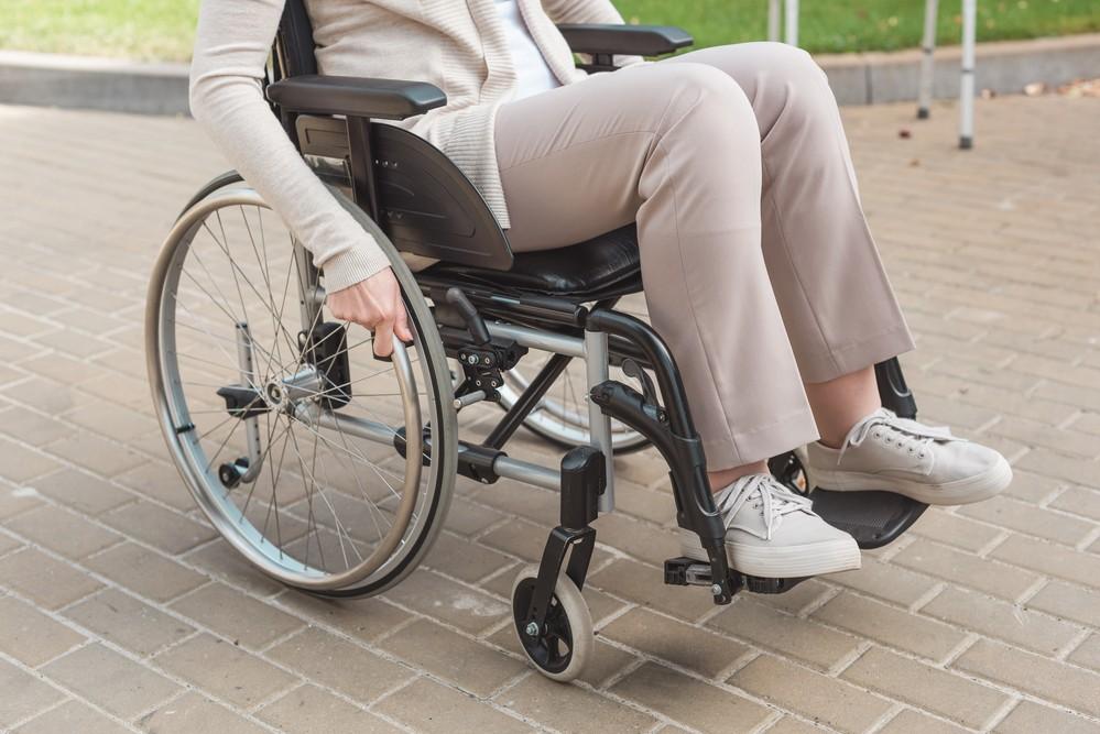 Une femme handicapée en fauteuil roulant.