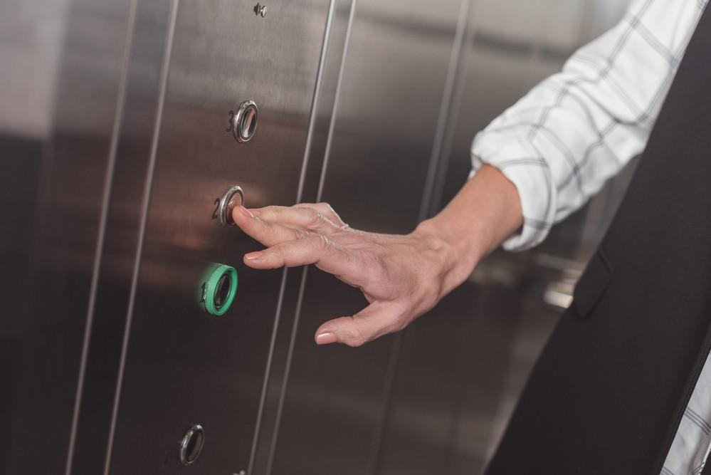 Une femme coincée dans un ascenseur.
