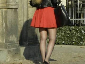 Une fille en jupe.