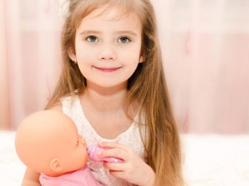 Une petite fille et sa poupée.
