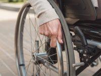 Une femme en fauteuil roulant.