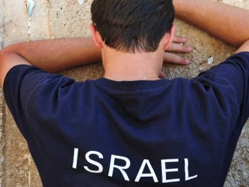 Un Israélien en train de prier.