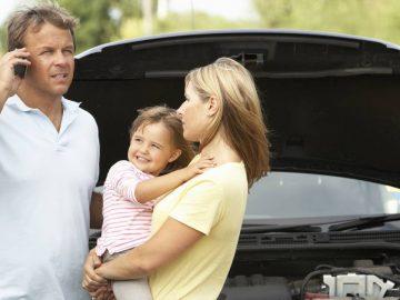 Une famille en panne sur une aire d'autoroute.