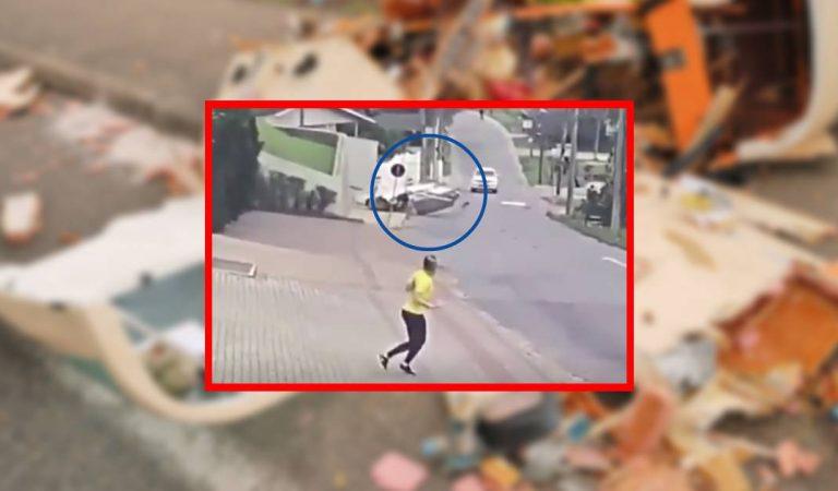 Vidéo : Un avion s'écrase juste à côté d'une promeneuse en pleine rue