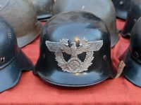 des casques nazis.