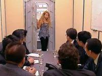 Une jeune femme piégée qui ressort des toilettes, filmée en caméra cachée.