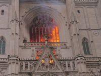 La cathédrale de Nantes en feu.