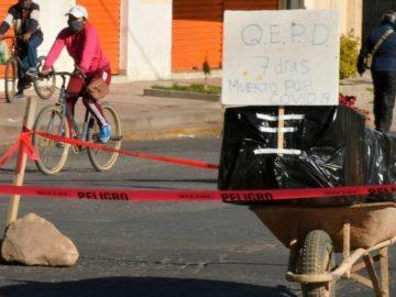 Bolivie : un cercueil abandonné en pleine rue.