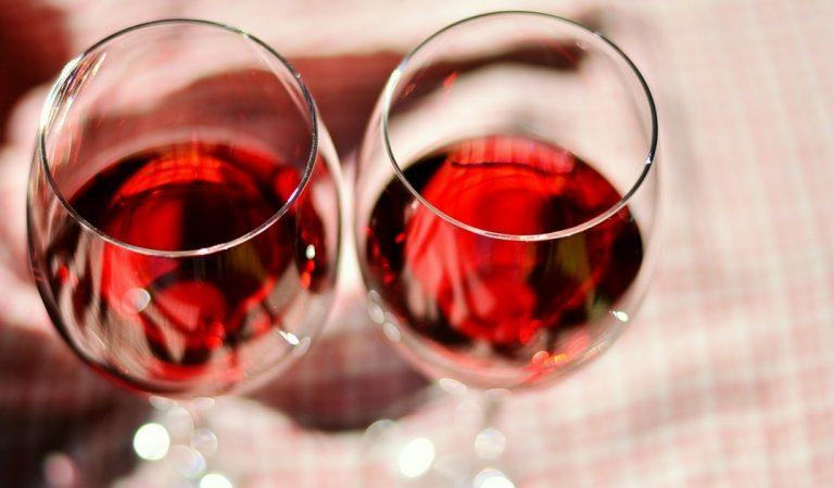 Une société recrute des personnes capable de boire une douzaine de bouteilles de vin