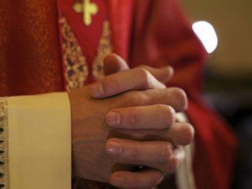 Un prêtre catholique priant.