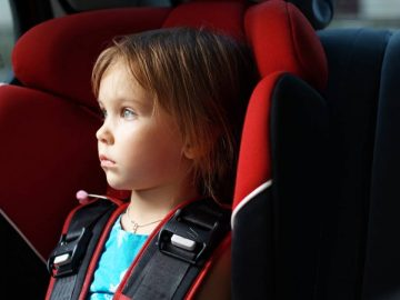 Enfant enfermé dans une voiture au soleil.