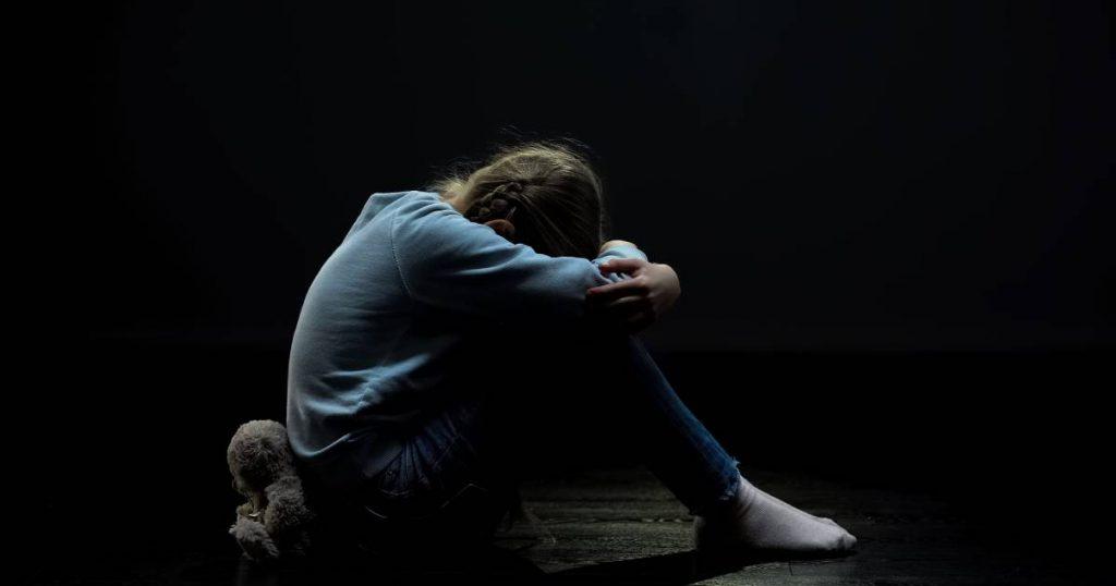 Petite fille toute seule dans le noir.