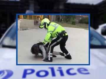 Le policier en train d'interpeller le jeune qui ne veut pas porter de masque.
