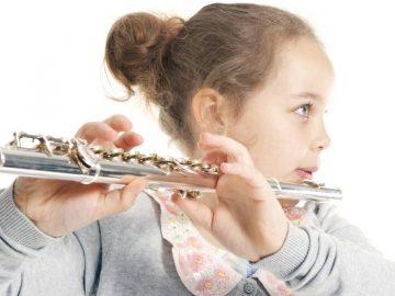 Une enfant jouant de la flûte.