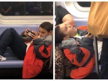 Le garçon allongé sur les sièges du métro.