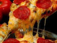Une pizza pepperoni.