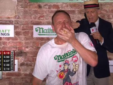 Joey Chestnut mangeant des hot-dogs