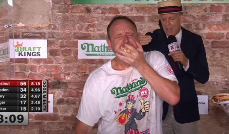 L'incroyable record de Joey Chestnut : 75 hot-dogs ingurgités en 10 minutes ! (vidéo)