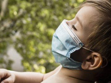 Un jeune enfant portant un masque de protection contre le Covid-19.