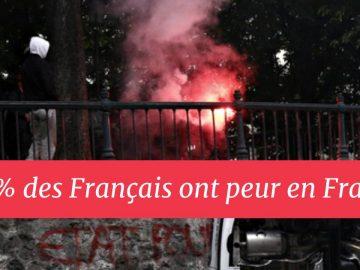 Une voiture en feu, en France.