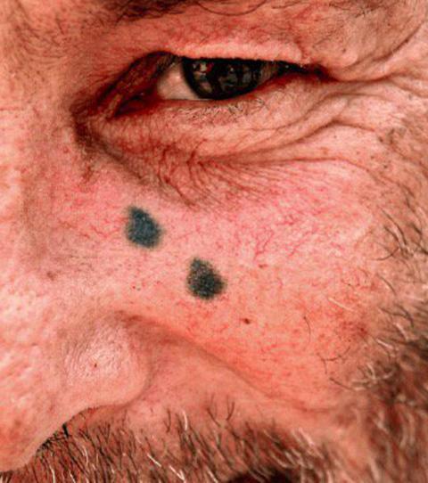Un tatouage composé de larmes sous les yeux.