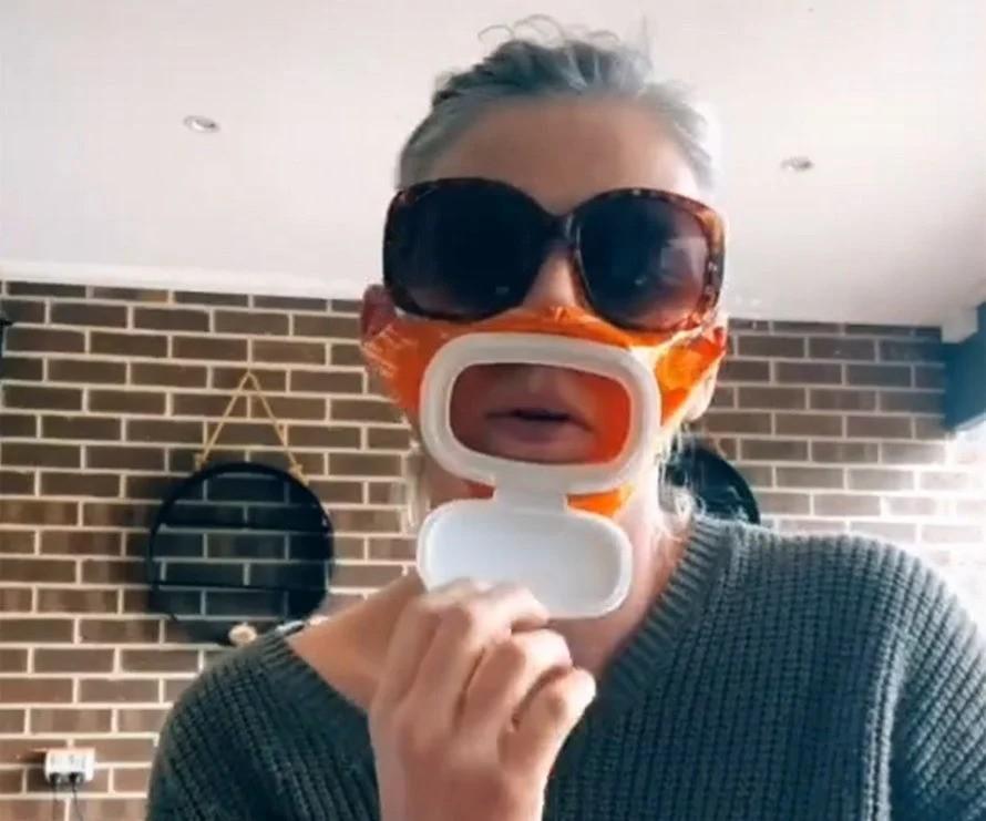 Emily avec son masque fait avec un paquet de lingettes pour bébé.