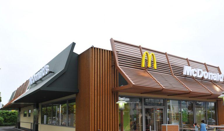 Vidéo – Elle déballe un menu McDonald's acheté il y a un quart de siècle!