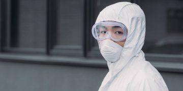 Un épidémiologiste chinois en combinaison de protection.